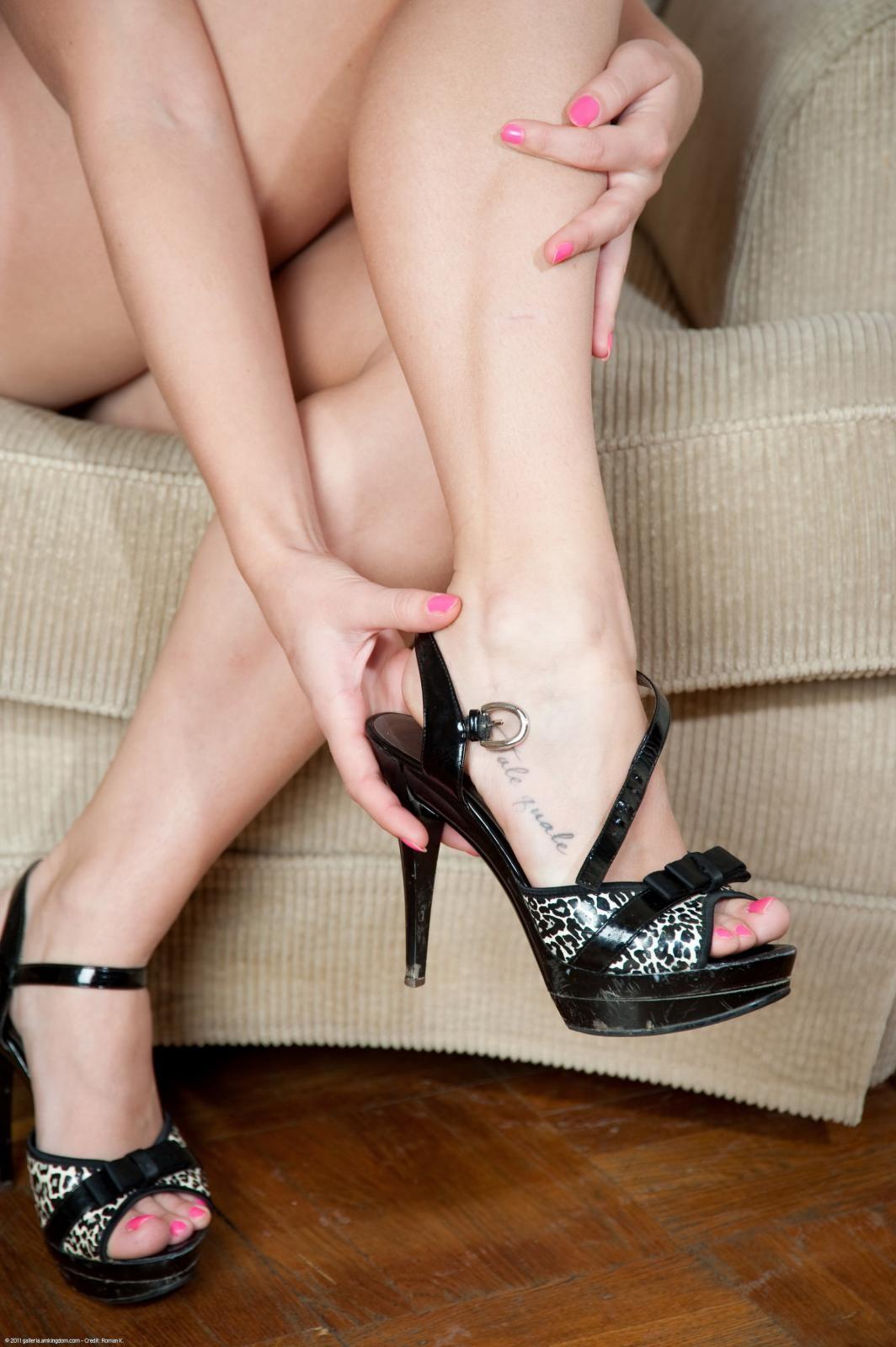Раскованная блондиночка раздевается перед камерой, показывая свои стройные ножки и нежные стопы