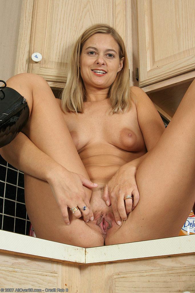 Женщина с крупными сосками широко раздвигает свои ножки на кухне