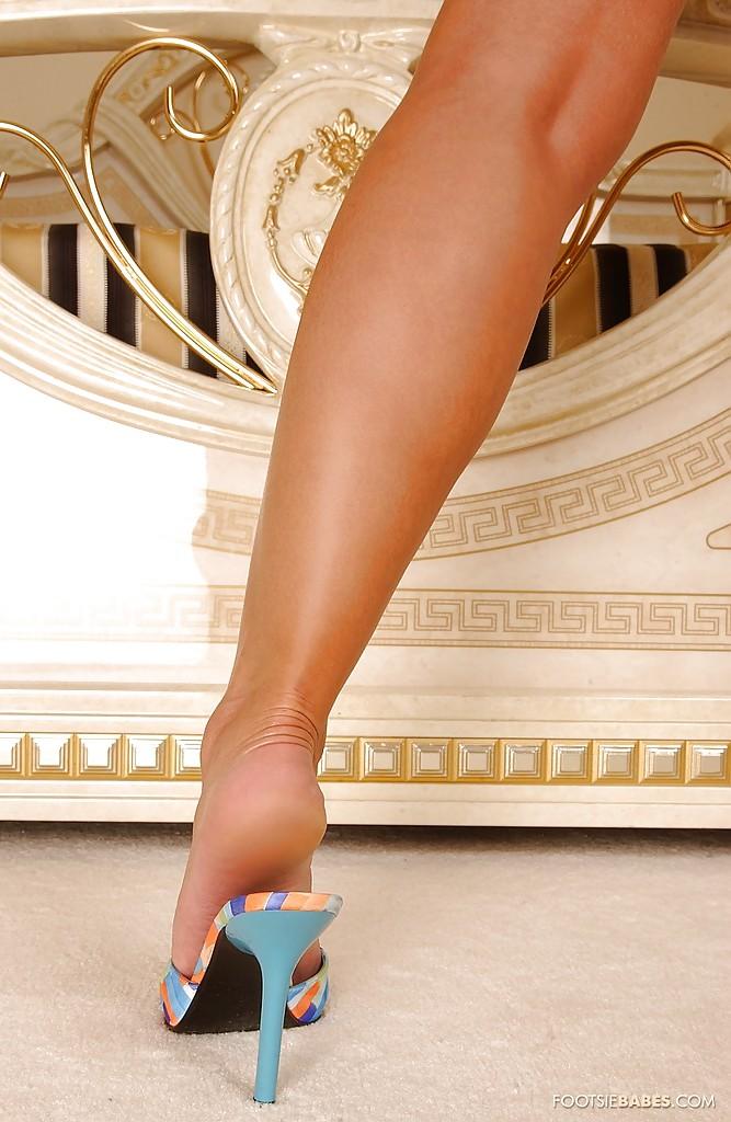 Блондинка Sendy Silver в синей ночнушке выставляет длинные ноги