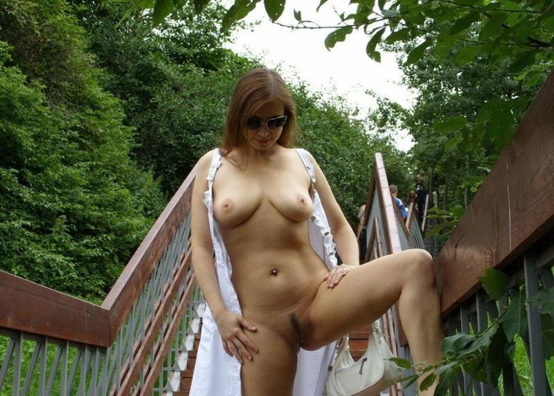 Строптивая сучка с большими сиськами радует всех нас в парке