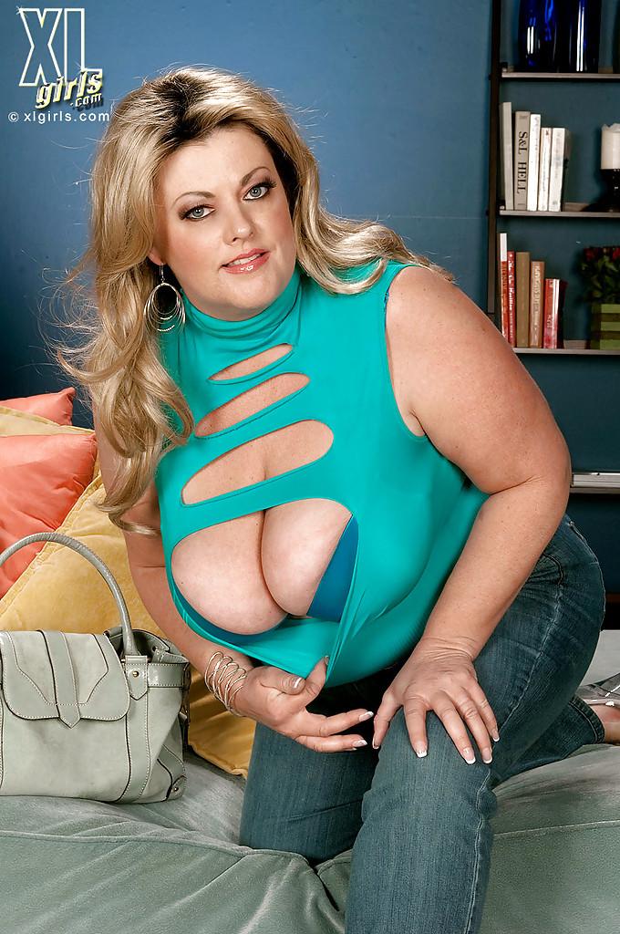 Толстая Brianna Falcone достала оголила висячие сиськи на сером диване
