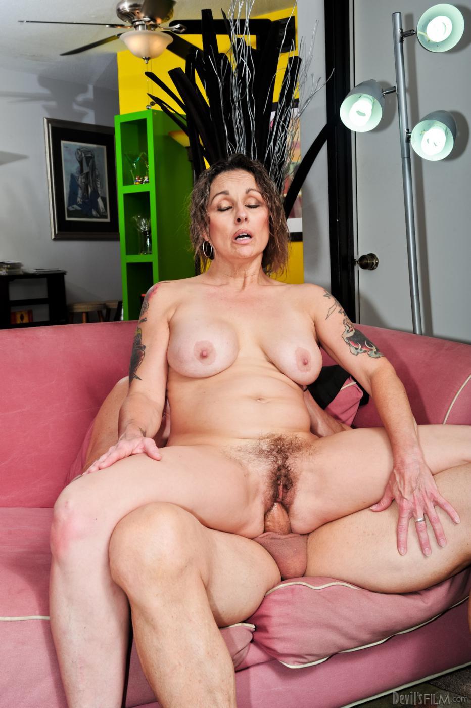 Мамаша Mistress Elisa сосет член и трахается в волосатую киску