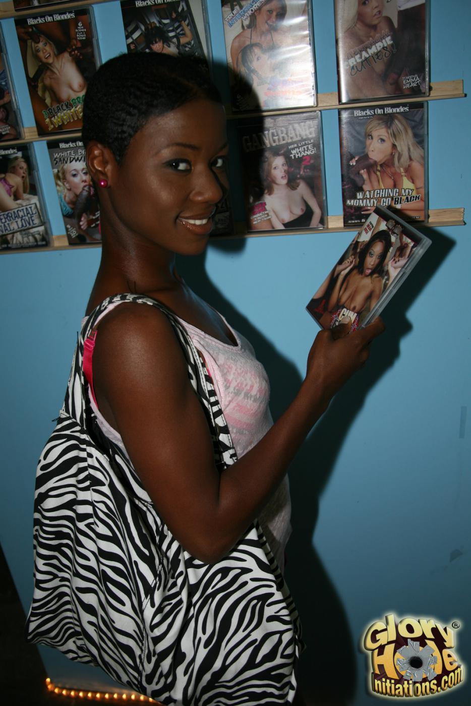 Настоящая черная девушка Lux Play страстно сосет член туалете с отверстием