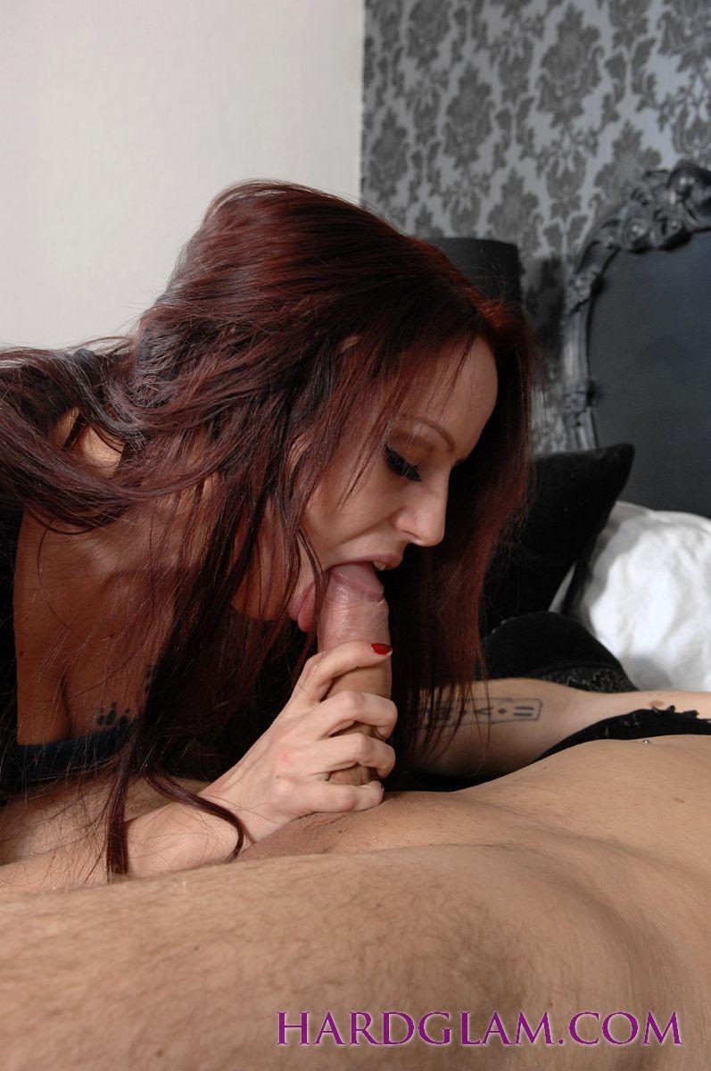 Рыжая красотка с глубокой глоткой делает страстный минет своему мужу