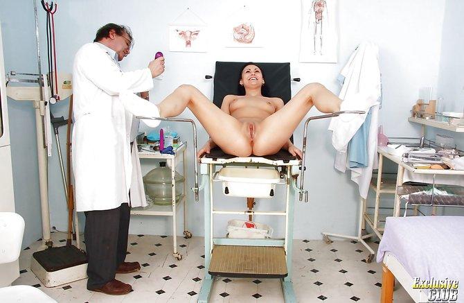 Доктор смотрит девушку в своем кабинете