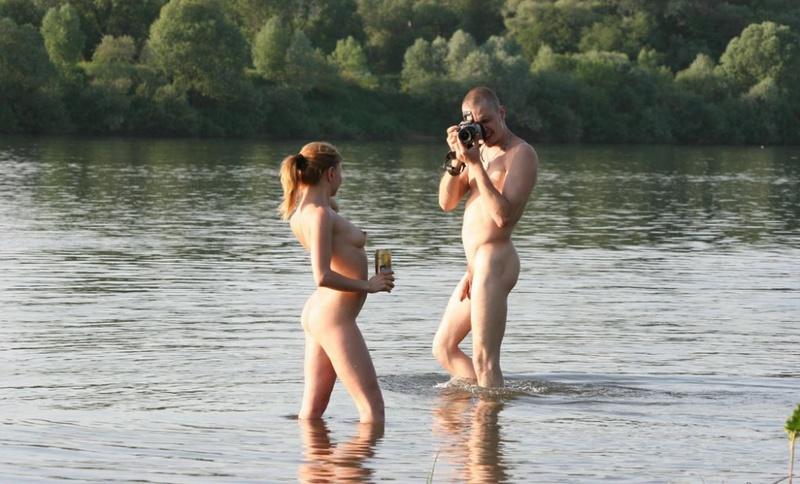 Голые любовники на берегу реки