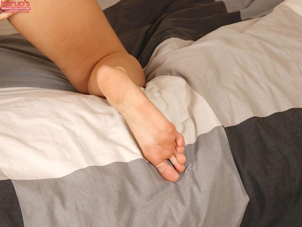 Молодая брюнетка раздвинула ноги и киску на большой кровати