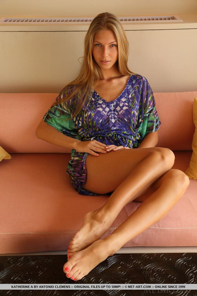 Русская модель с бритой киской раздевается на диване