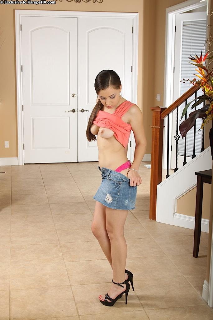 Латиноамериканка с тугой попкой и сексуальными титьками Tiffany Taylor раздевается и показывает свою киску