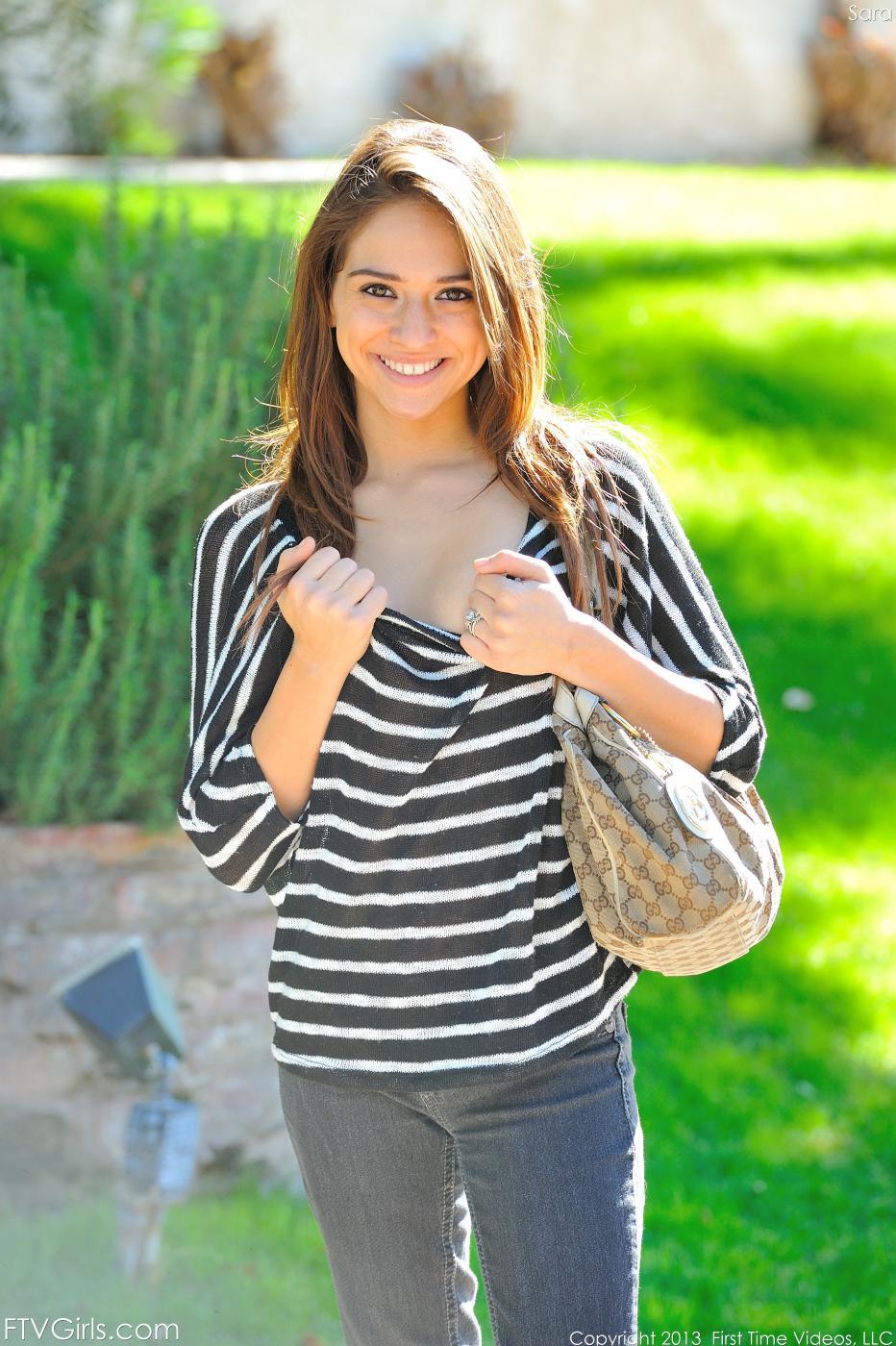 Милая латинка с крошечными сиськами - Sara Luvv, показывает их и свою киску в этой галерее