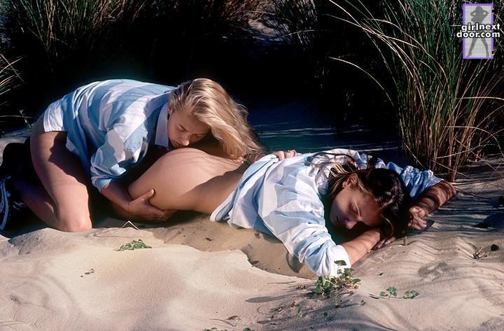 Две стройные детки с аккуратно выбритыми кисками Holly Sampson и Alena N занимаются лесбийским сексом на диком пляже