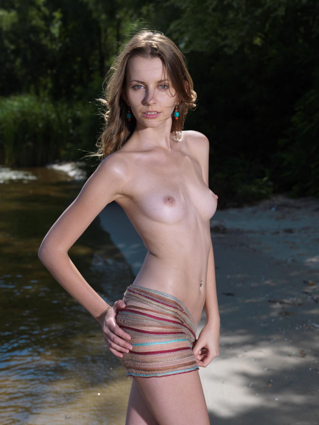 Грязная девочка-подросток Lucia D показывает обнаженное тело со всех сторон на пляже