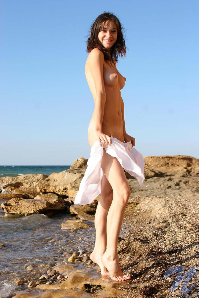 Худенькая брюнетка Nansy Nubiles устраивает стриптиз на пляже