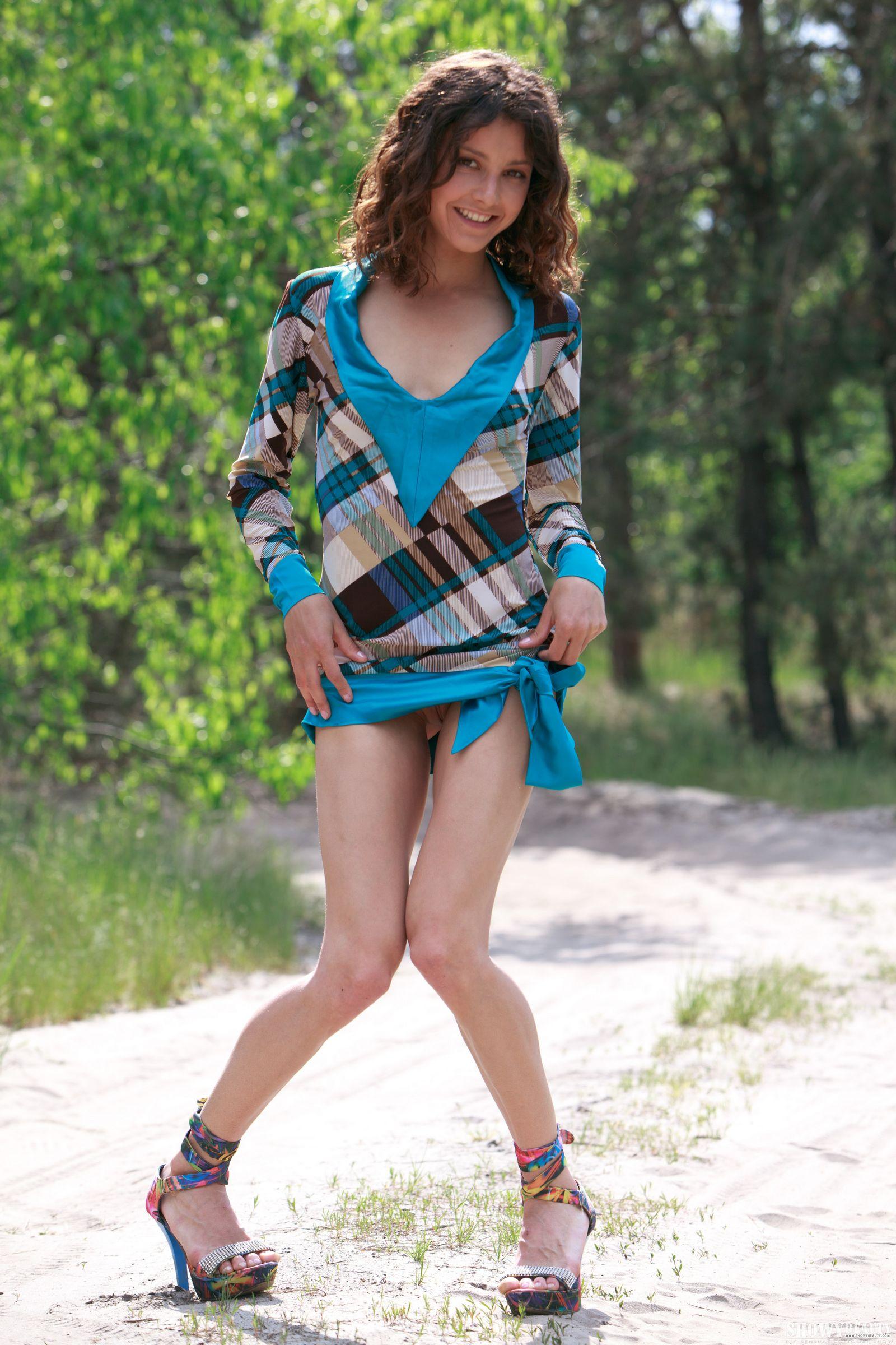 Молодая красавица без трусов в короткой юбке