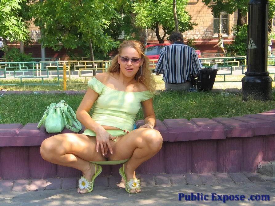 Шальная кудряшка устроила публичный секс в парке