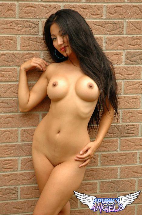 Азиатская малышка с возбужденной пиздой и сисечками позирует на порно фото
