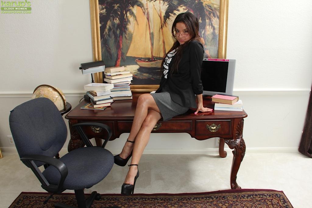 Голая секретарша Вивиан Вуд забралась на стол офиса посреди дня