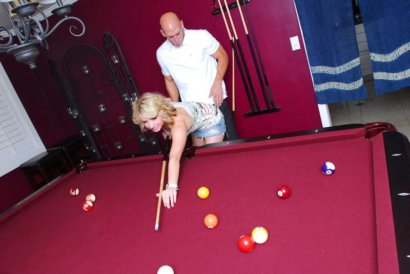 Лысый мужик трахнул молодую блондинку после партии в бильярд