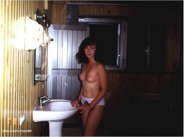 Не скромные голые девчонки обладают пышной грудью