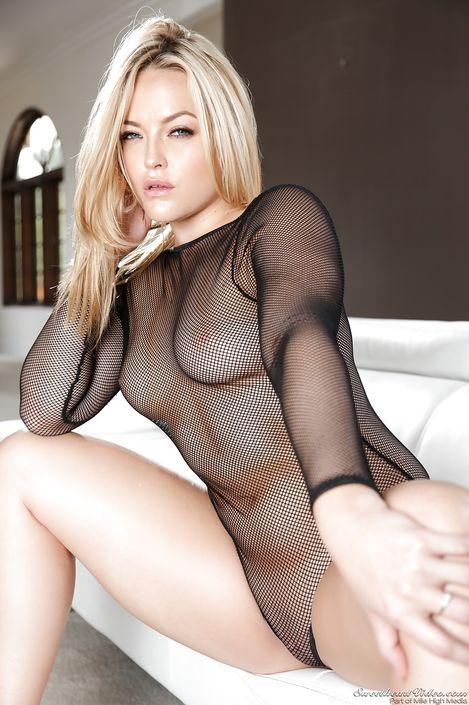 Зажигательная дамочка Alexis Texa в интимном белье позирует с обнаженной бритой пиздой