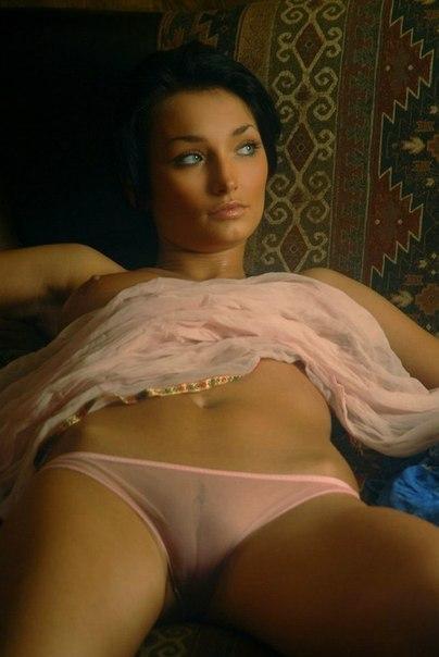 Женщины позируют дома голыми для мужей