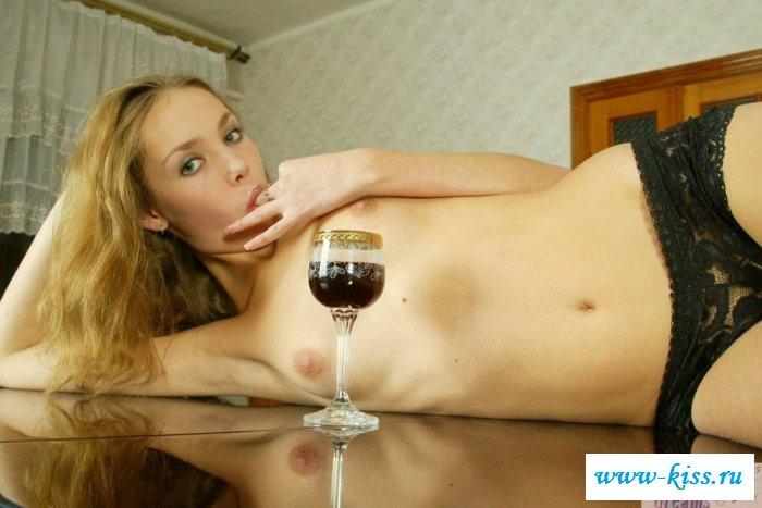 Пьяна деваха практически голая