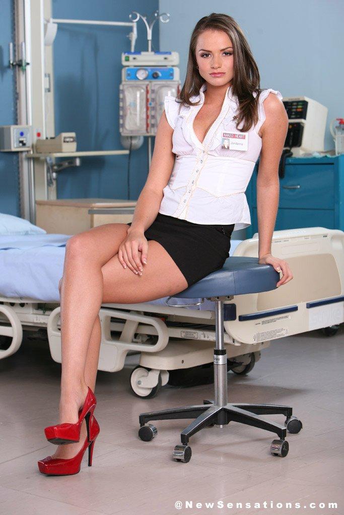 Длинноногая брюнетка Tori Black в синей мини юбке снимает свои красные трусики в больнице