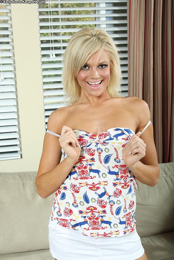 Худая блондинка в синих трусиках и белой мини-юбке Chase Taylor показывает свою розовую дырочку