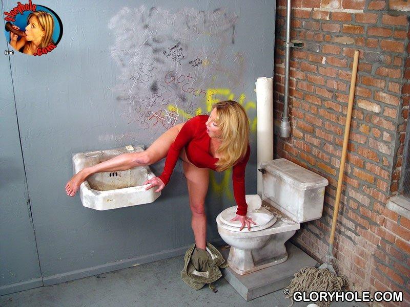Сисястая Кисс Тегс зашла в туалет увидела, как из стены вылез негритянский хер, она насадилась на него, а потом начала дрочить рукой