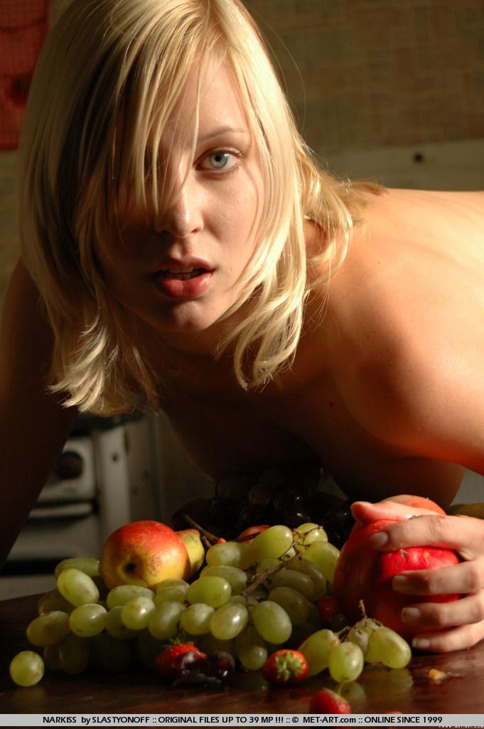 Белая бессовестная девка Narkiss любит позировать с фруктами в своей лысой киске