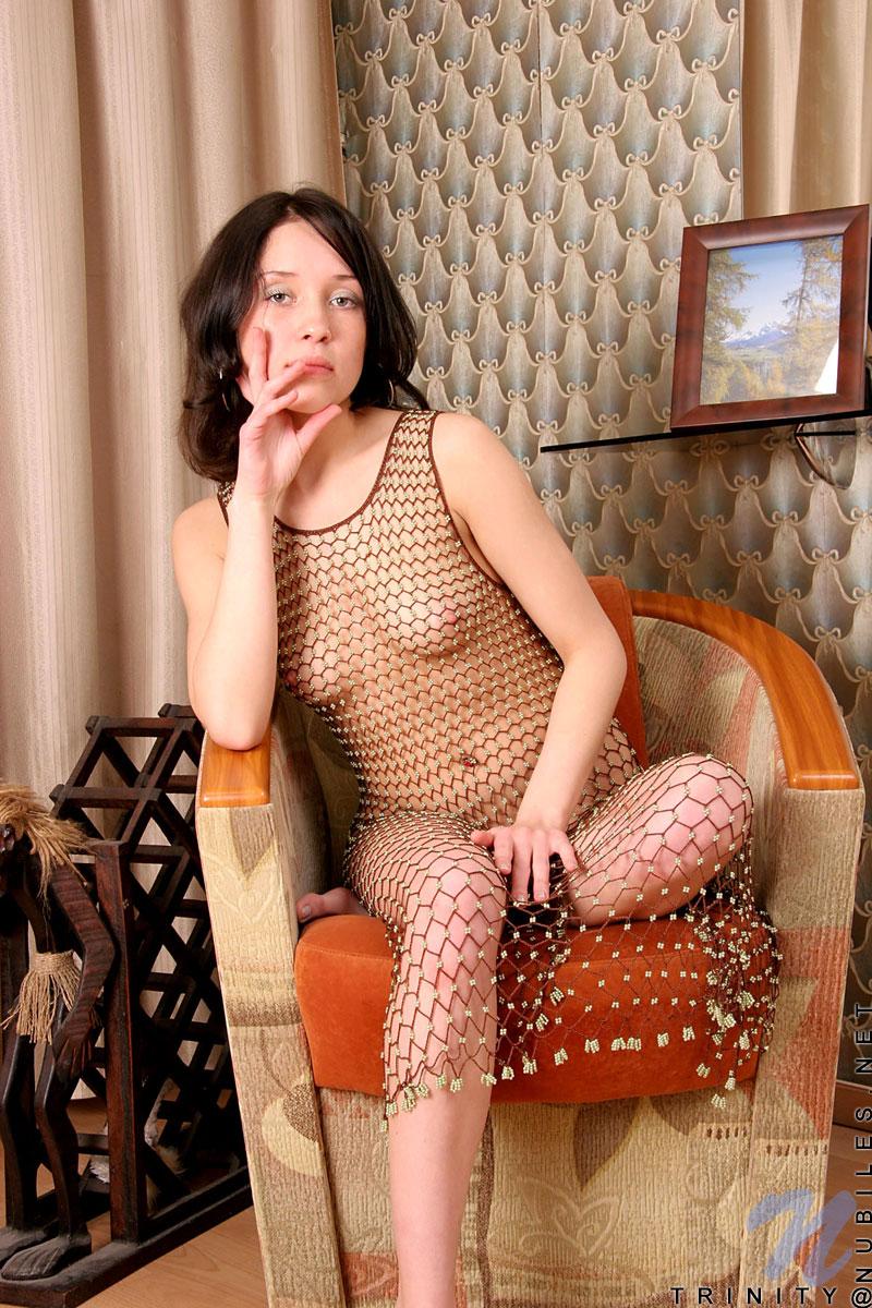 Бессовестная брюнеточка Trinity Nubiles позирует в сетчатом платье дома