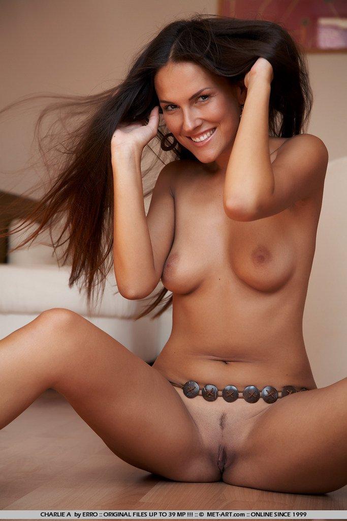 Голая брюнеточка Zuzana P показывает свое обворожительное тело и смазливое личико