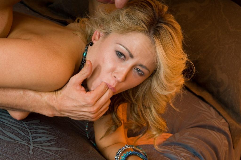 Юная малышка Sindee Jennings получает реальное удовольствие от жесткого секса