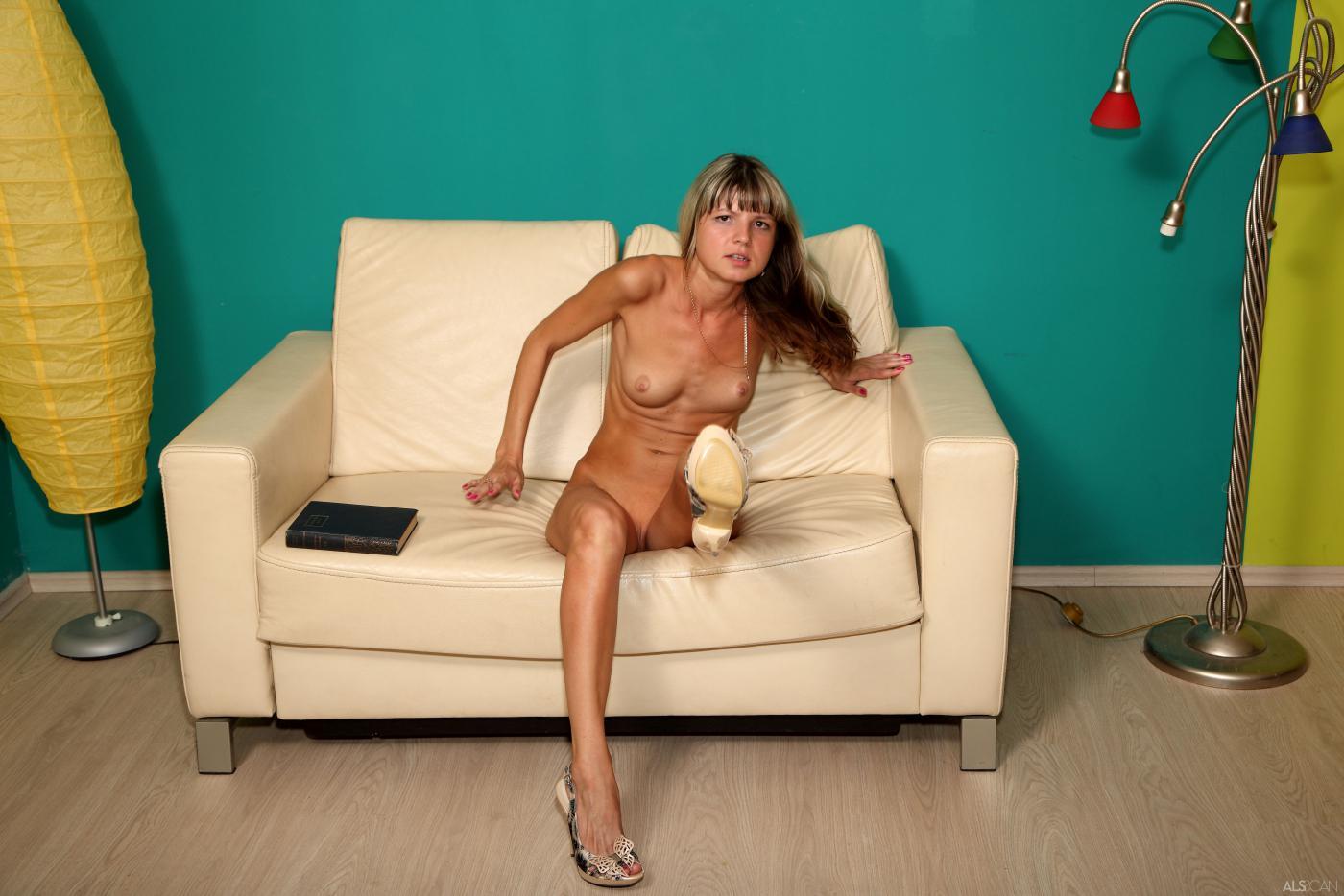 Обнаженная детка Gina Gerson раздвигает половые губки и засовывает дилдо в свою киску