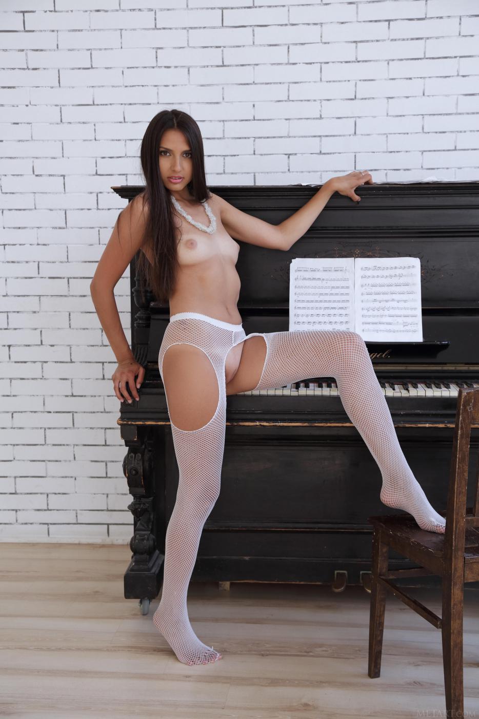 Остренькая карамельная красотка Natania A показывает идеальную фигуру у пианино