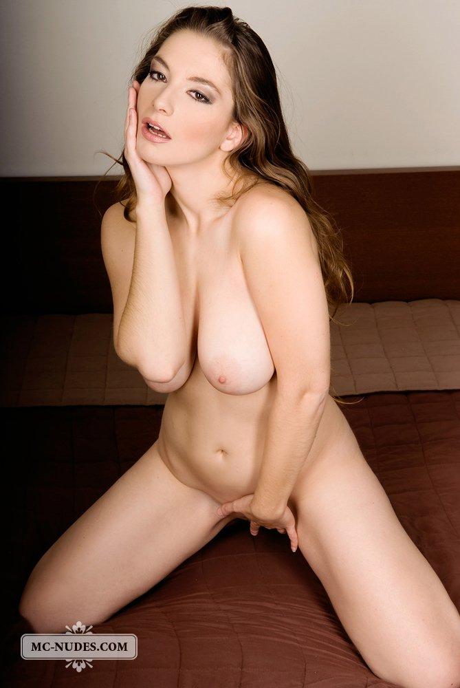 Paloma трясет сиськами и сексуально ласкает киску