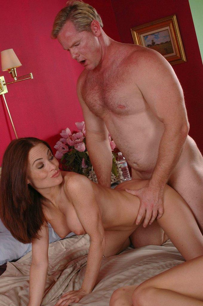 Парень трахает киску Layla Rivera и еще одной малышки