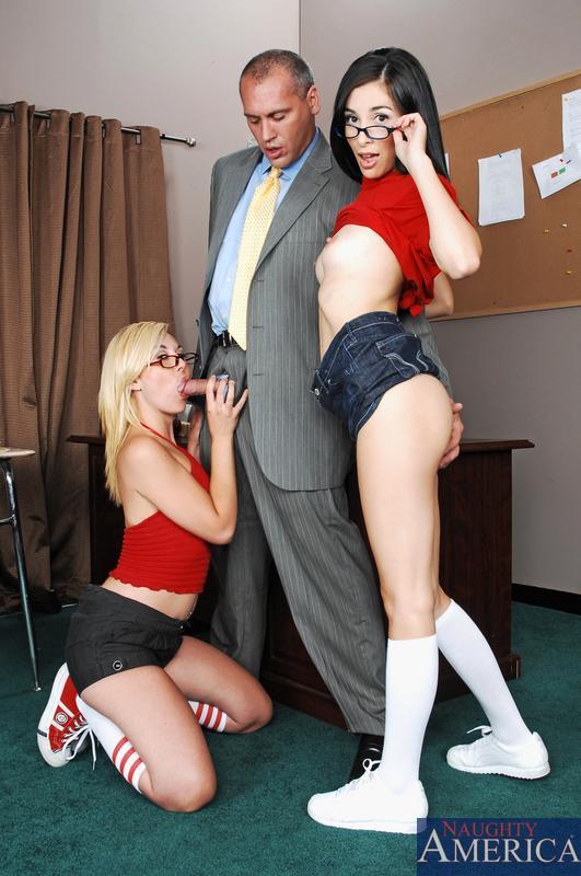 Roxy Summers и Tristan Kingsley, две шлюхастые однокурсницы, обслуживают профессора в классе
