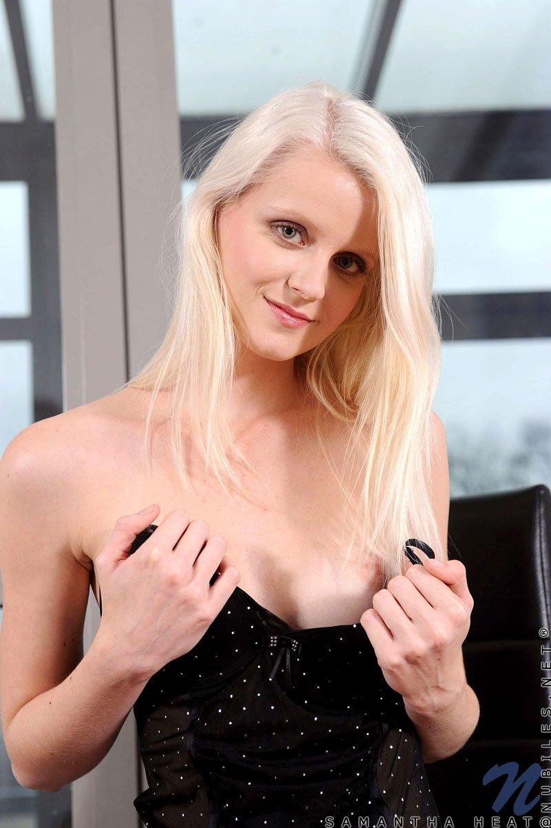 Samantha Heat снимает свое белье и вставляет игрушку в свою молоденькую лысую киску