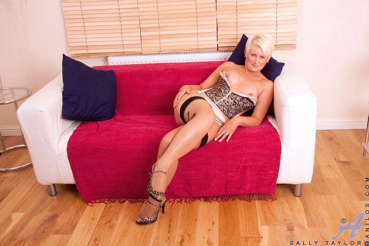 Сексуальнейшие чулочки обвивают ножки мастурбирующей зрелой блондиночки Sally Taylor
