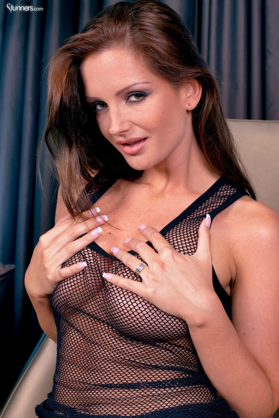 Сисястая сучка в прозрачном наряде Sandra Shine снимает трусики и показывает голую киску