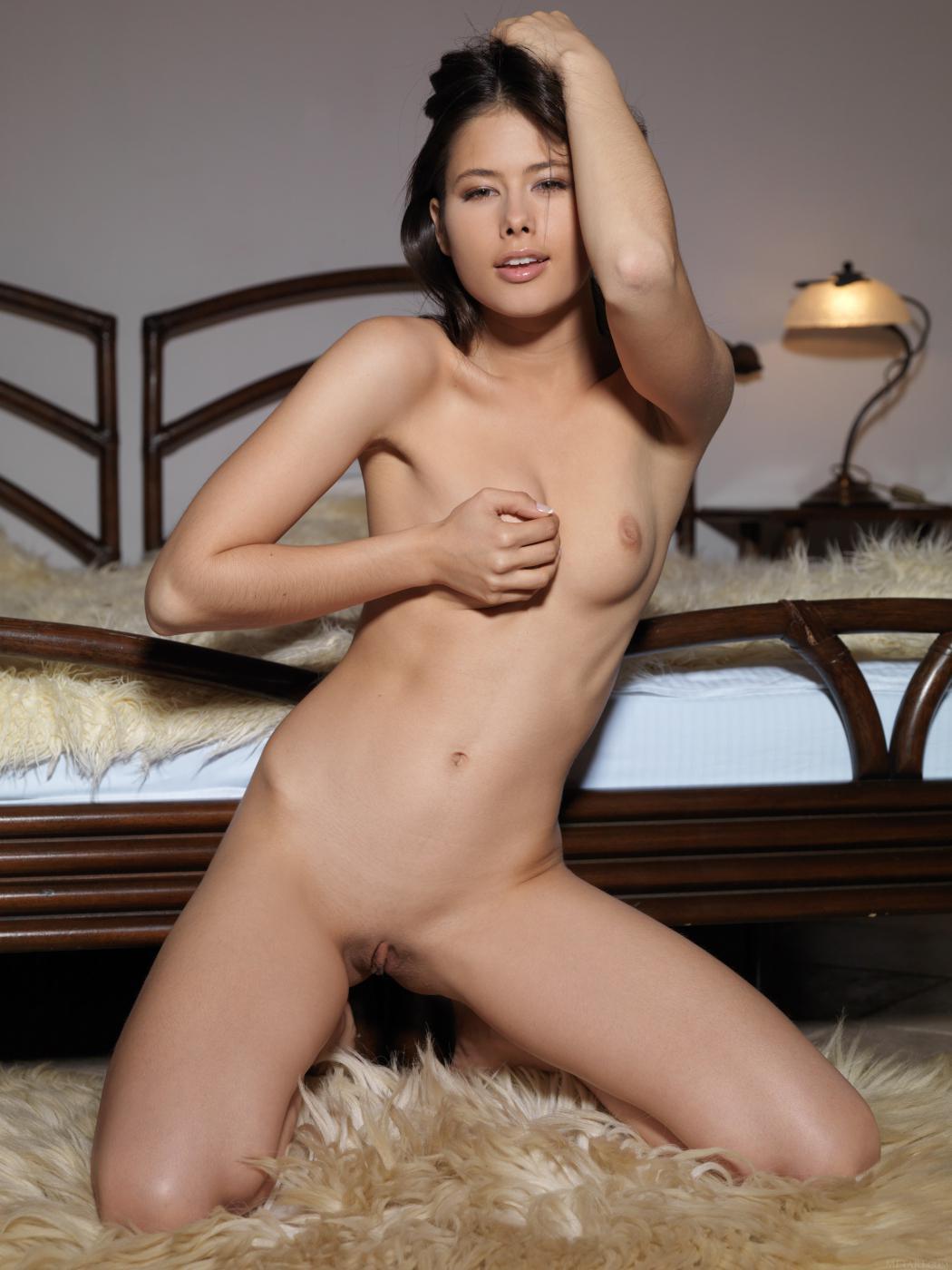 Сладкая Jackie D показывает свое голое тело со всех сторон и светит киской