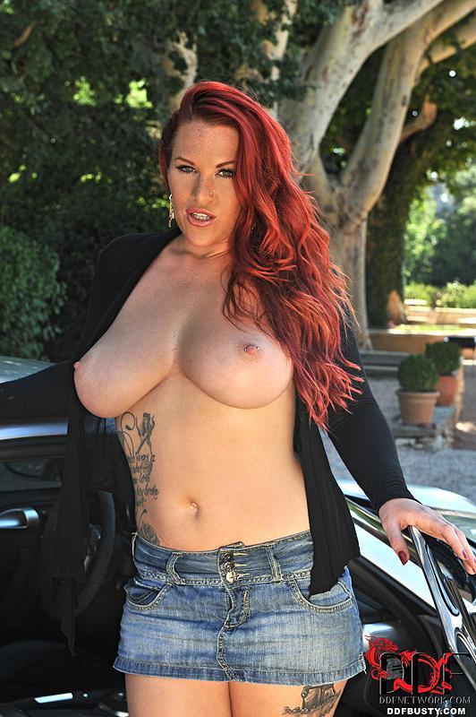 Соблазнительная детка Paige DDF знает силу красоты своей большой груди и показывает ее в машине