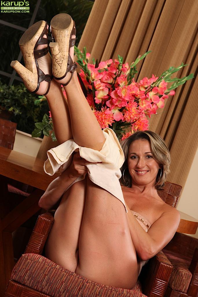 Стройная мамочка Misty Law снимает юбку с трусиками и решает немного побаловать себя