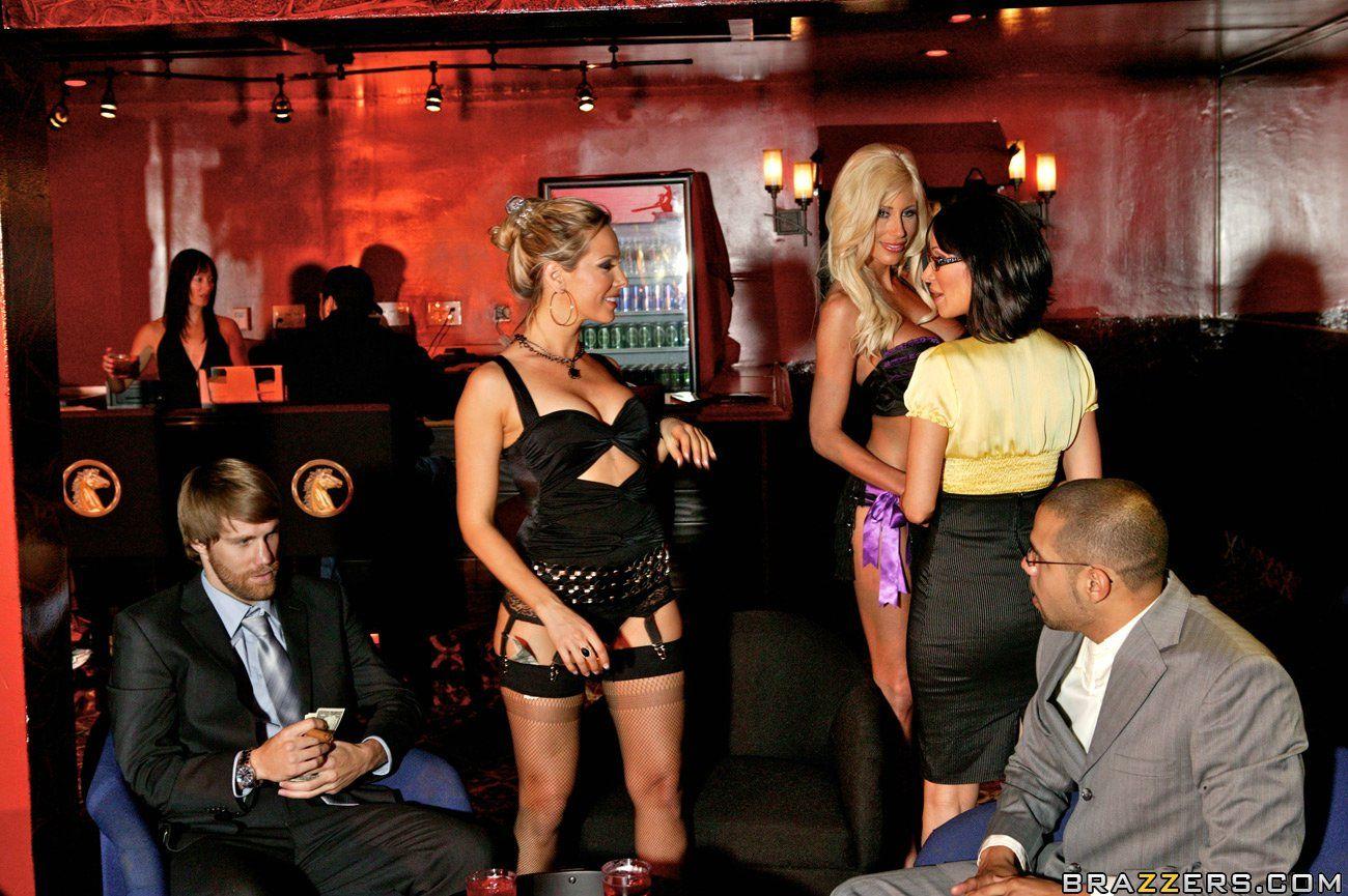 Три идеальные девушки Sandee Westgate, Puma Swede и Sandy лижут друг друга в клубе