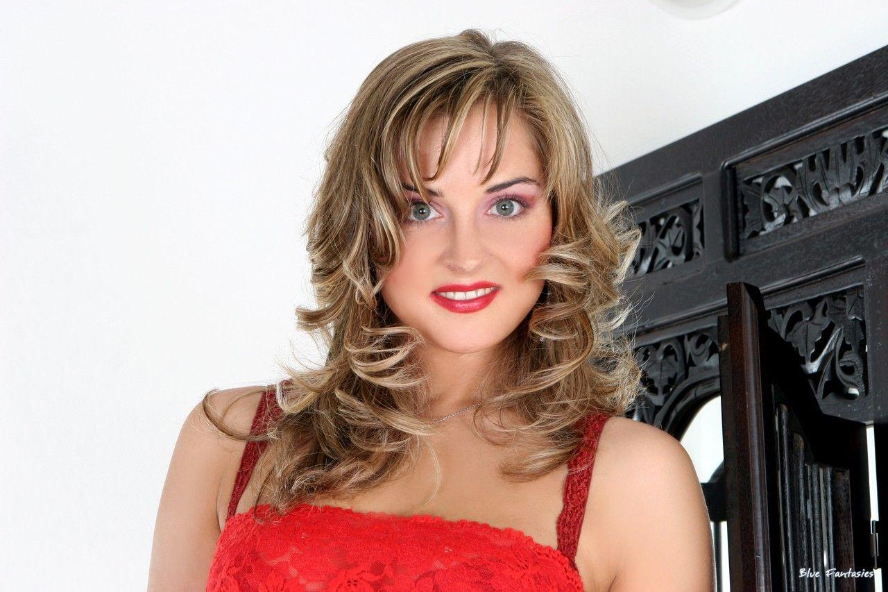 Убойная малышка Silvie Thomas одетая в красное раздевается и показывает каждый миллиметр своего сексуального голого тела