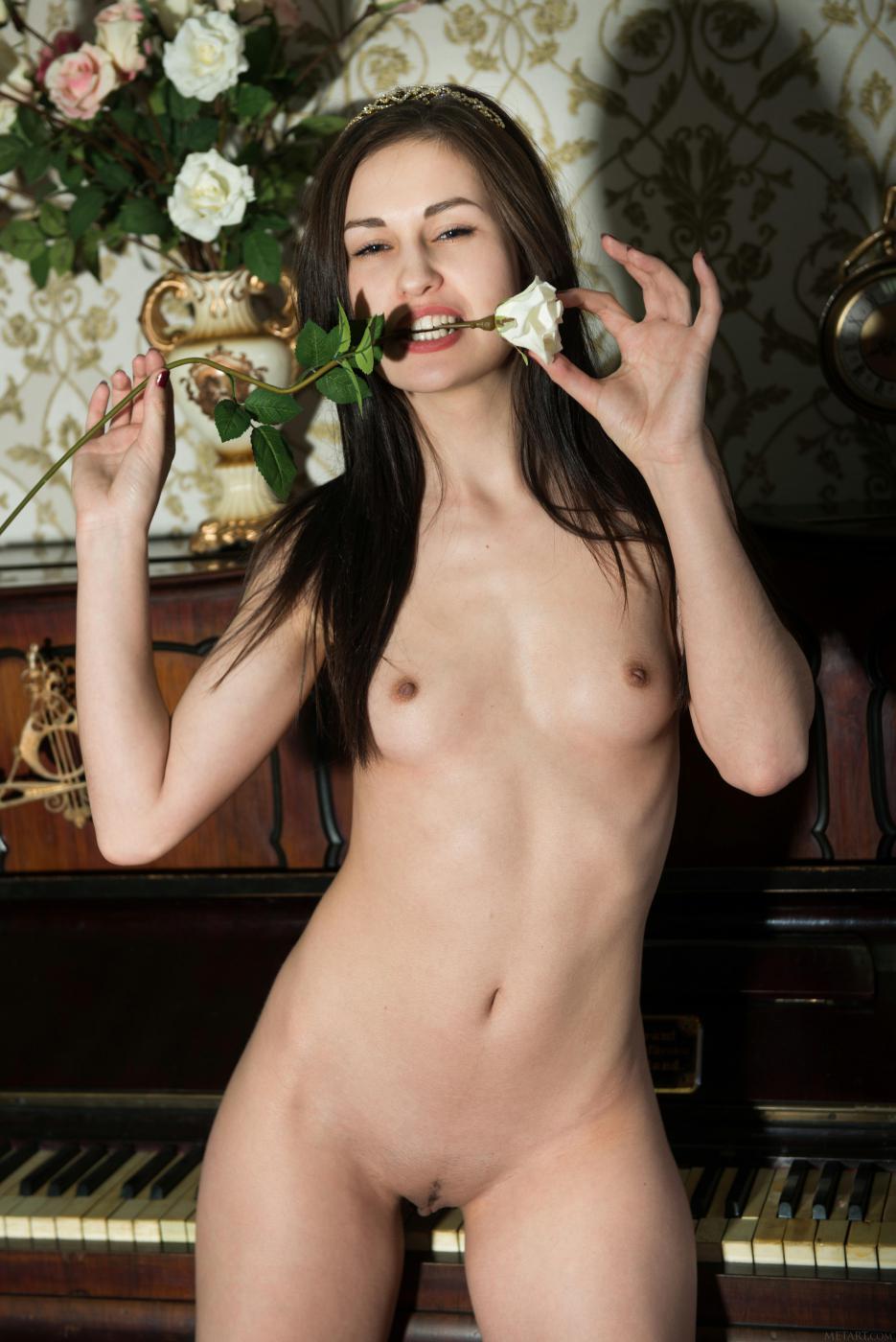 Вместо игры на пианино, негодная потаскушка Lilian A раздевается и позирует обнаженной