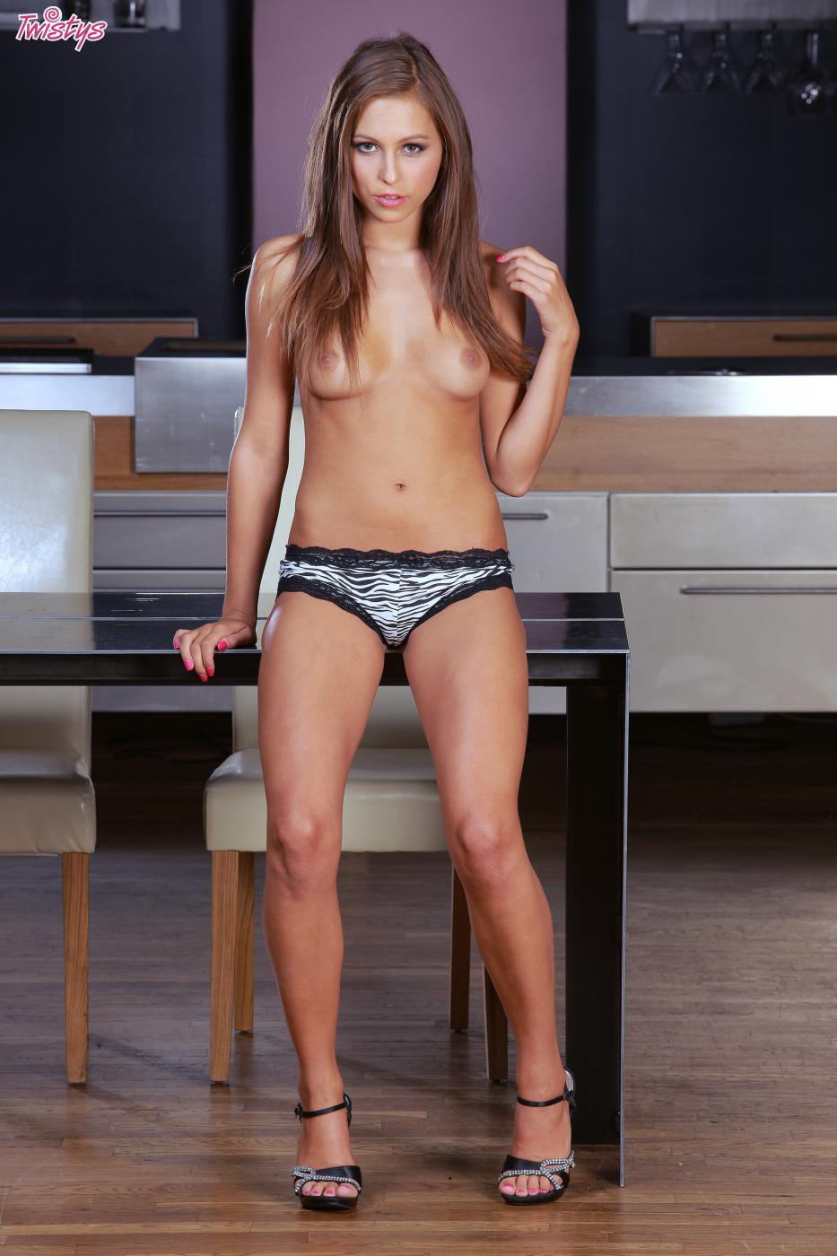 Забегая малышка Natalia Nicol показывает свои голые титьки пока позирует в сексуальных трусиках