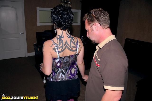 Джина с татуировкой на спине