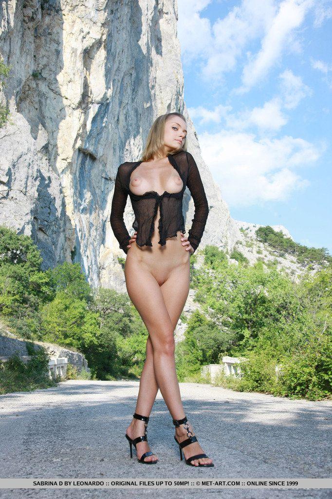 Хоть блондинка Sabrina D и на улице, она раздвигает свои ножки, показывая бритую киску